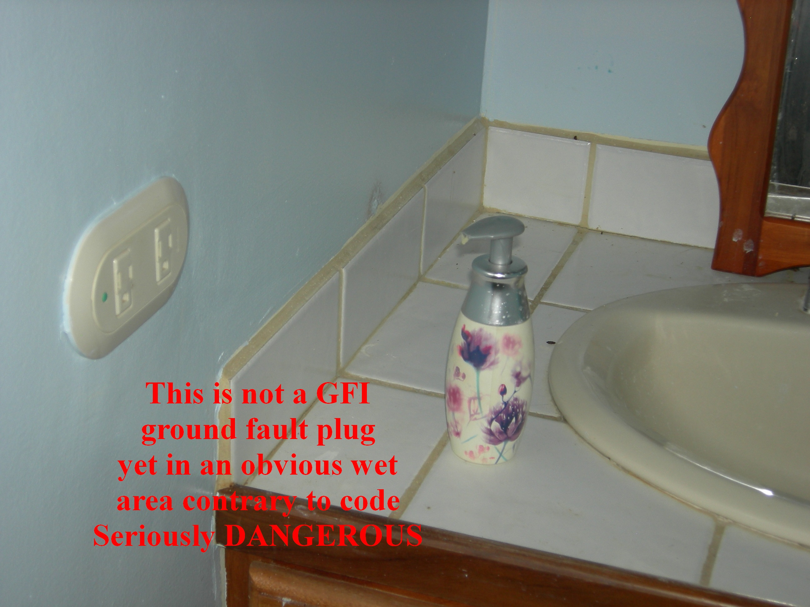No GFI on plug beside a sink - No GFI alado de lavo de manos, very dangerous electrical plug, muy peligroso electricidad toma